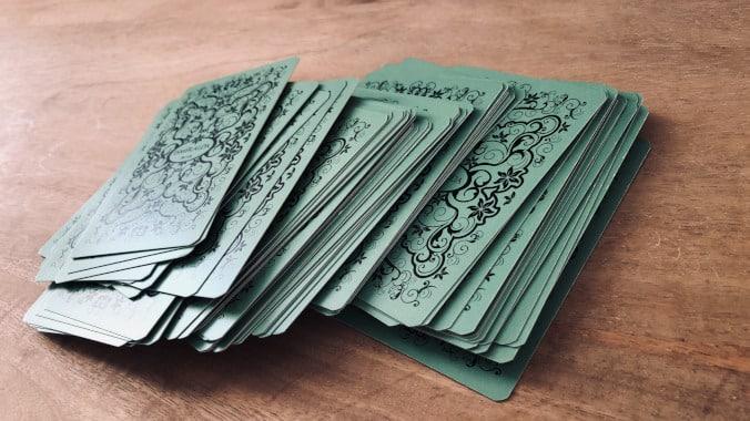 Battre et mélanger les cartes avant un tirage, quelle méthode ? (photo : Petit Lenormand Esmeralda par Karla Souza)