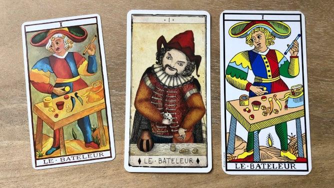 Trois cartes représentant le Bateleur du tarot de Marseille
