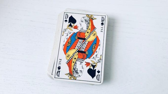 La Dame de Pique en cartomancie avec le jeu de 32 cartes, malheureuse ou mauvaise ?