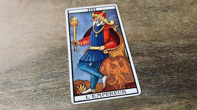 La carte de l'Empereur dans le Tarot de Marseille (version Fournier)