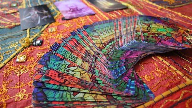 Comme un tarologue ou un médium, osez personnaliser votre jeu de cartes !