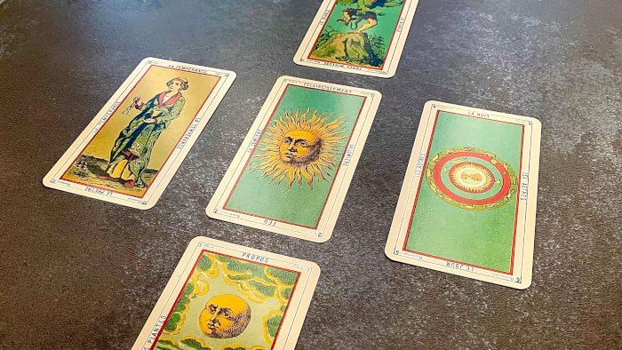 Un tarot divinatoire disposé en tirage en croix : saurez-vous l'interpréter ?
