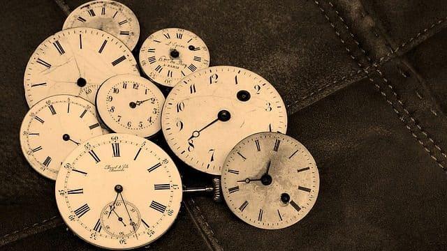 Tirages de cartes et le temps : la question que tout le monde se pose c'est quand ?