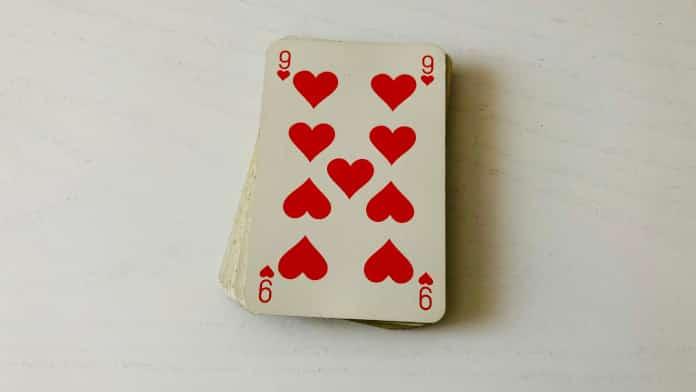 Le 9 de Coeur en cartomancie n'est pas qu'un choc amoureux, que révèle-t-il ?