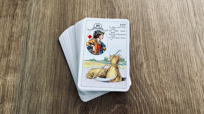 La Faux - Carte n°10 - Petit Lenormand : mais que va-t-elle trancher par nécessité ?
